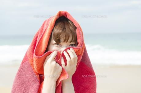 ビーチでタオルにくるまる女性の素材 [FYI01077015]