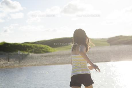ビーチで走る女の子の後ろ姿の素材 [FYI01077038]