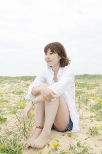 白いシャツを着て座っている女性の素材 [FYI01077059]