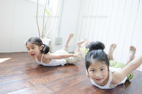 白いノースリーブを着て元気にポーズをする姉妹の素材 [FYI01077065]