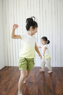 部屋の中で遊ぶ姉妹の素材 [FYI01077072]