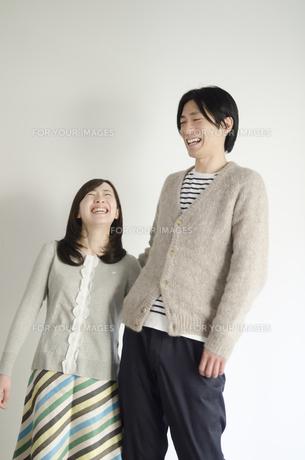 立って大笑いするカップルの素材 [FYI01077075]