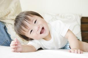 ベッドの上で笑う男の子の素材 [FYI01077077]