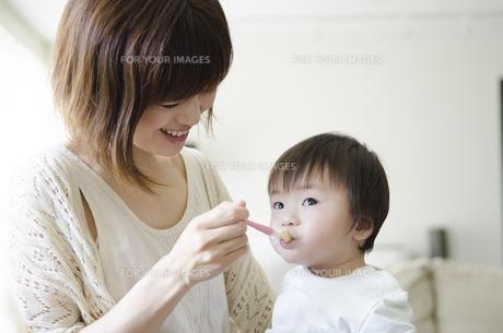 離乳食を食べる男の子とお母さんの素材 [FYI01077088]