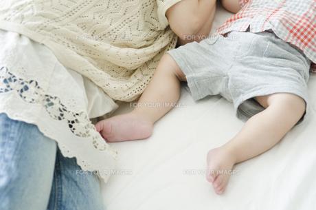 シーツの上で眠る男の子の足の素材 [FYI01077101]