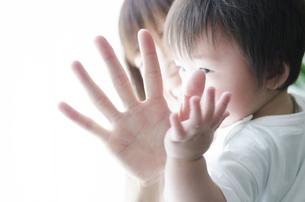 お母さんの手と子供の手の素材 [FYI01077102]