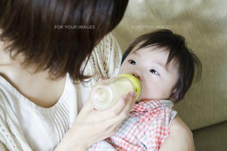 ミルクを飲む男の子の素材 [FYI01077126]