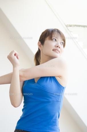 部屋の中でストレッチをする女性の素材 [FYI01077133]
