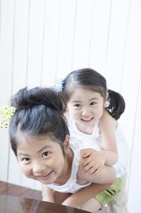 室内で遊ぶ姉妹の素材 [FYI01077138]