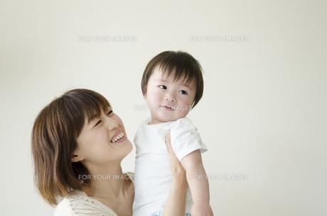 笑顔のお母さんと男の子の素材 [FYI01077145]