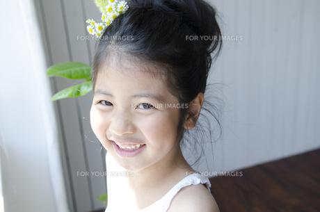 窓際で笑う女の子の素材 [FYI01077152]