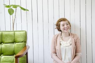 部屋の中で笑うハーフの女性の素材 [FYI01077168]