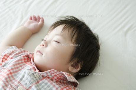 シーツの上でで眠る男の子の素材 [FYI01077176]