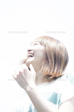 屋外で笑う女性の素材 [FYI01077182]