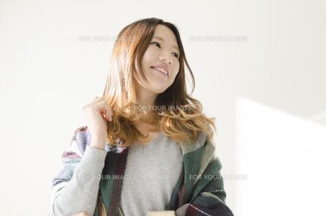 ストールとカバンを肩に掛けた笑顔の女性の素材 [FYI01077195]