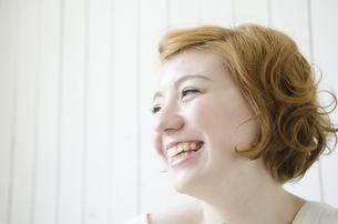 室内で笑うハーフの女性の素材 [FYI01077200]