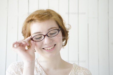 メガネを掛けて笑うハーフの女性の素材 [FYI01077205]
