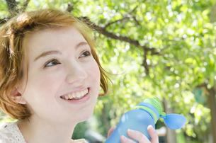 ウォーターボトルを持って笑うハーフの女性の素材 [FYI01077223]