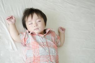 シーツの上でで眠る男の子の素材 [FYI01077226]