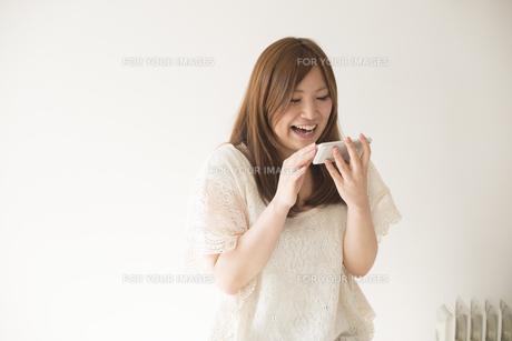 スマートフォンを操作する女性の素材 [FYI01077228]