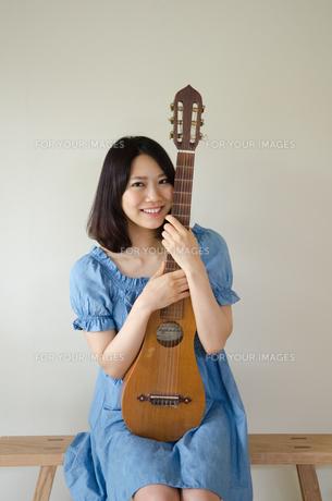 ギターを抱えている笑顔の女性の素材 [FYI01077271]