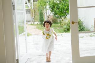 虫取り網を持って喜ぶ女の子の素材 [FYI01077292]