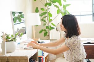 パソコンを操作している女性の素材 [FYI01077304]
