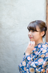 顔に手を添えた着物姿の女性の素材 [FYI01077308]