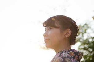 西日を浴びた着物姿の女性の横顔の素材 [FYI01077312]
