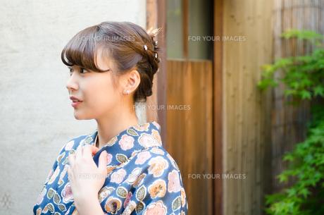 襟元に手を添えた着物姿の女性の素材 [FYI01077314]