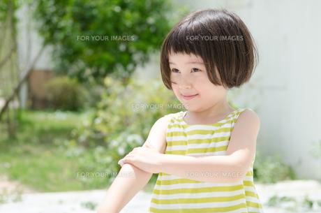 日焼け止めを塗る女の子の素材 [FYI01077316]