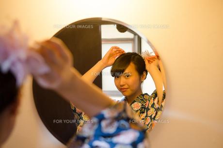 鏡を見ながら髪の毛を直す着物姿の女性の素材 [FYI01077327]