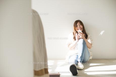 スマートフォンを操作する女性の素材 [FYI01077345]
