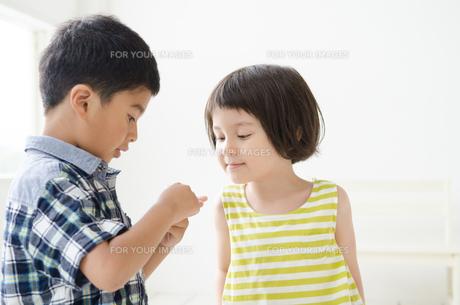 男の子の手元を覗き込む女の子の素材 [FYI01077352]