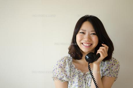 黒電話で話す女性の素材 [FYI01077353]