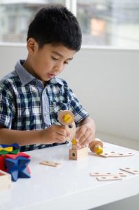 知育おもちゃで遊ぶ男の子の素材 [FYI01077355]