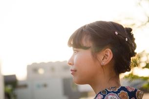 西日を浴びた着物姿の女性の横顔の素材 [FYI01077356]