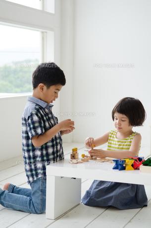 知育おもちゃで遊ぶ子供たちの素材 [FYI01077362]