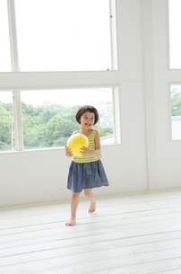 ボールを持って走る女の子の素材 [FYI01077363]