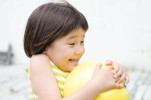 ボールを持って驚く女の子の素材 [FYI01077374]