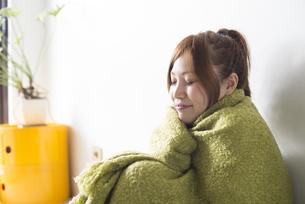 緑の毛布にくるまる女性の素材 [FYI01077378]