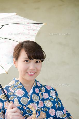 日傘を持った着物姿の女性の素材 [FYI01077384]