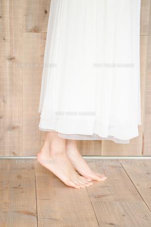 背伸びをする女性の足下の素材 [FYI01077386]