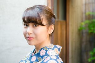 日本家屋をバックに着物姿の女性の素材 [FYI01077387]