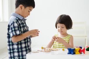 知育おもちゃで遊ぶ子供たちの素材 [FYI01077393]