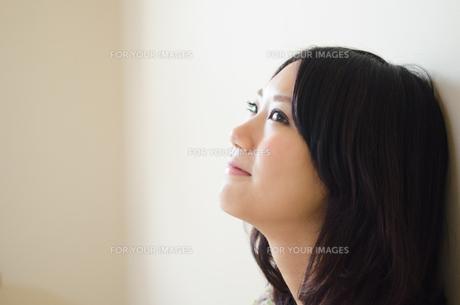 上を見て笑う女性の横顔の素材 [FYI01077402]
