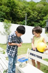 外で遊ぶ子供たちの素材 [FYI01077403]