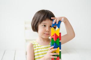 知育おもちゃで真剣に遊ぶ女の子の素材 [FYI01077405]