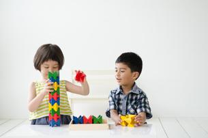 知育おもちゃで遊ぶ子供たちの素材 [FYI01077418]