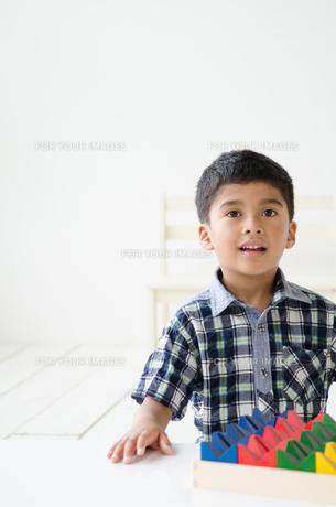 遠くを見つめる男の子の素材 [FYI01077428]